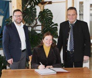 Gabriele Bergmann (Mitte) übernimmt das Projektmanagement der ILE Passauer Oberland. Erster Vorsitzender Stephan Gawlik (links) und Stv. Vorsitzender Walter Bauer (rechts) freuen sich auf die Zusammenarbeit. (Foto: W. Raster)