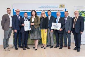 Landwirtschaftsministerin Michaela Kaniber, 4. v.li., übergibt an ILE-Vorsitzenden Stephan Gawlik, 3.v.li., die Urkunde und damit Auszeichnung als staatlich anerkannte Ökomodellregion.